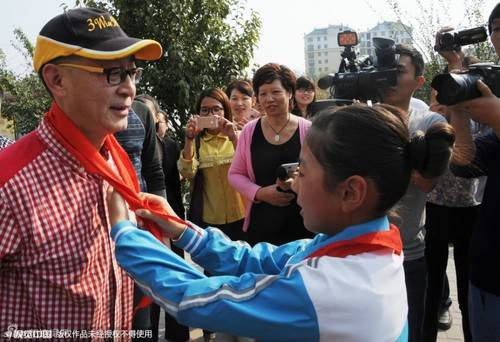 Lục Tiểu Linh Đồng giao lưu với các em thiếu nhi.
