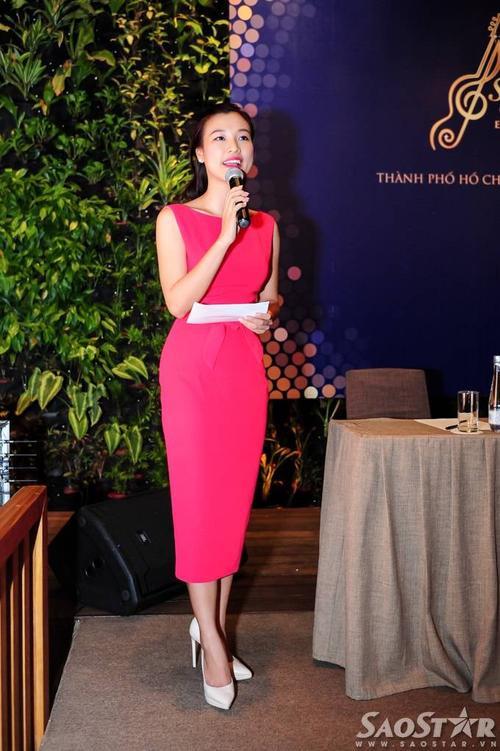 MC Hoàng Oanh dẫn dắt chương trình. Cô diện bộ váy bút chì liền thân màu hồng nổi bật.