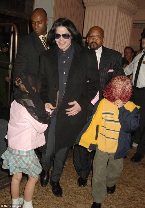 Thời nhỏ, 2 anh em Prince - Paris được Michael Jackson đeo mặt nạ mỗi khi tới những nơi công cộng.