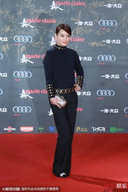 Nữ diễn vien Thủy Linh diện trang phục đen quyến rũ trên thảm đỏ.