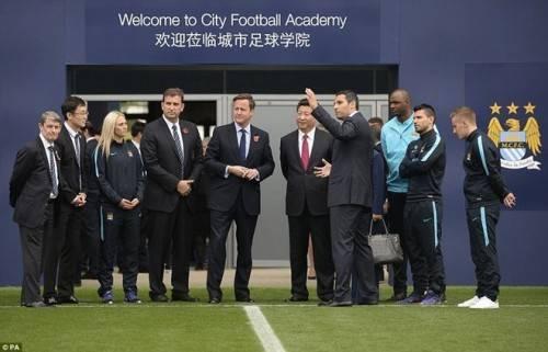 Chủ tịch Tập Cận Bình được Chủ tịch đội bóng giới thiệu về Man Xanh