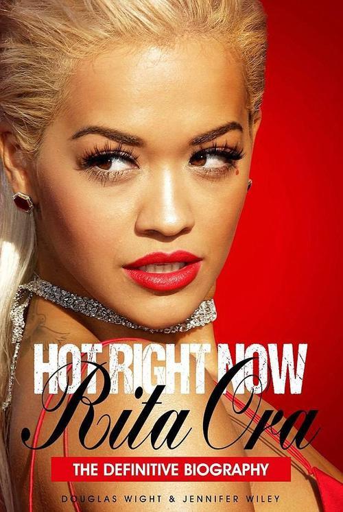 Cuốn tiểu sử Hot Right Now của Rita Ora.