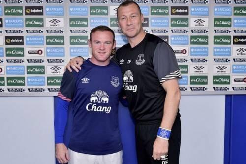 Ducan chụp ảnh kỷ niệm cùng Rooney.