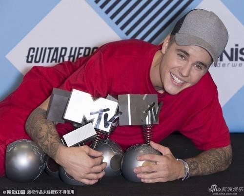 Justin Bieber ẵm giải lớn tại EMA.