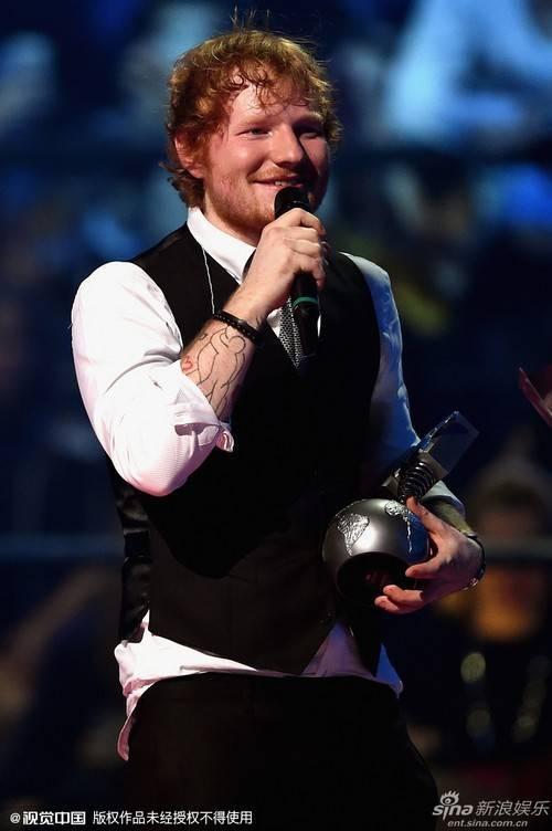 Ed Sheeran nhận giải trên sân khấu.