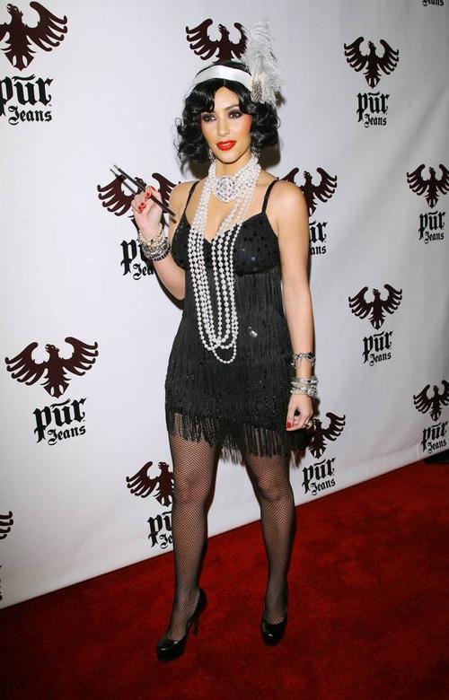 Lễ halloween 2008, Kim hóa trang thành Flapper- một cô gái phương Tây vào thập niên 20, đỏng đảnh với váy hai dây ngắn, tóc bob xoăn đặc trưng.