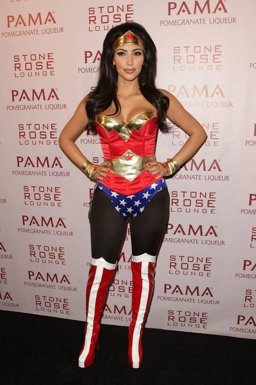 Cũng vào dịp này, cô xuất hiện với tạo hình Wonder Woman- nhân vật siêu anh hùng trong các cuốn truyện tranh nước Mỹ.