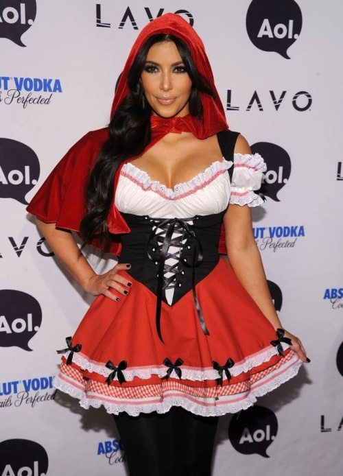 Ngôi sao truyền hình thực tế này cũng hóa thân thành cô gái quàng khăn đỏ khi đến tham dự một sự kiện khác.