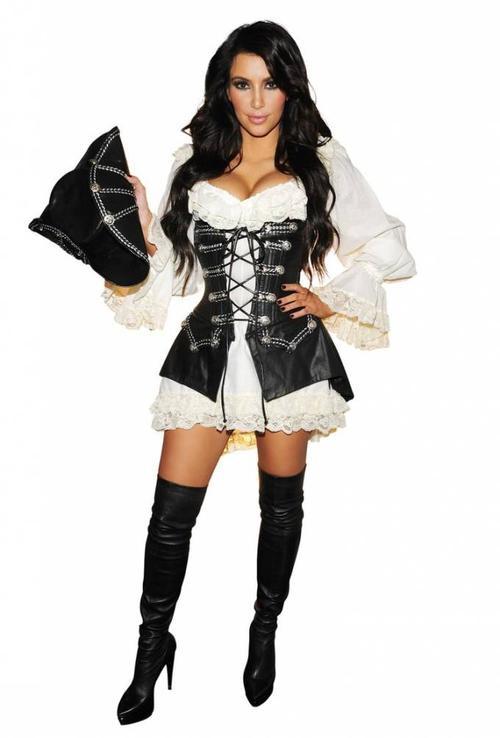 Vẫn cách thức chọn trang phục như trên, nữ cướp biển Kim không hề khiến người nhìn cảm thấy nhàm chán hay tẻ nhạt.