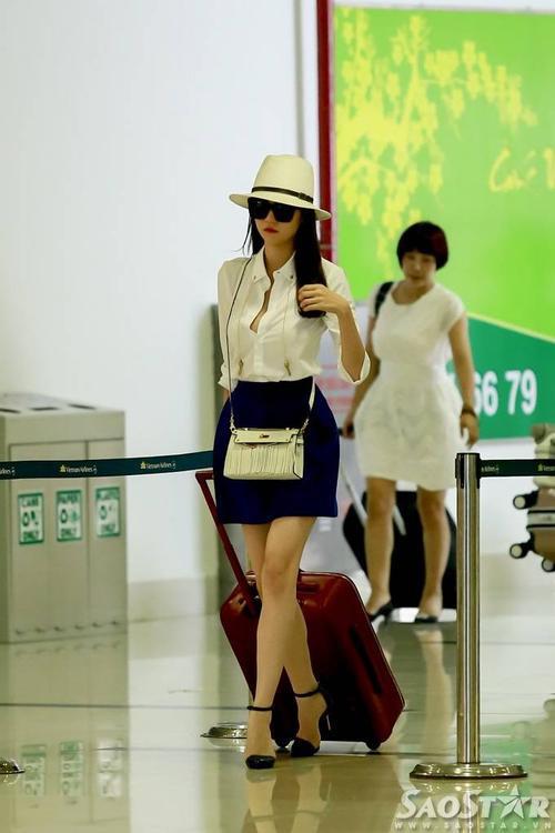Với ngoại hình xinh xắn và làn da trắng sứ, người đẹp gốc Trà Vinh nổi bật giữa sân bay Tân Sơn Nhất (TP HCM).