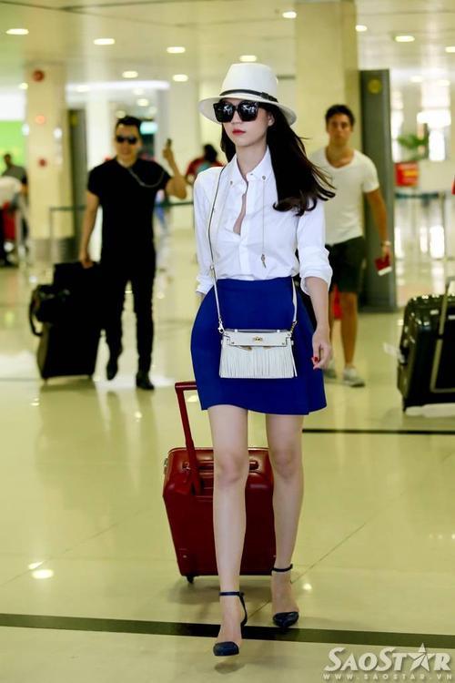Cô tự tin sải bước ở sân bay như đang trình diễn trên sàn catwalk.