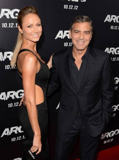 Thời còn hẹn hò tài tử George Clooney, mỗi lần đi giày cao gót, nữ diễn viên Stacy Keibler cao hơn hẳn bạn trai. Cặp đôi một thời cùng cao 1m80.