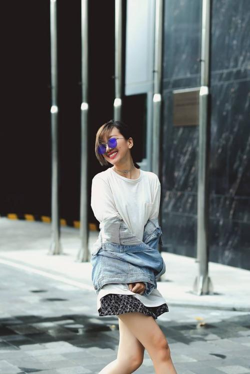 Cô cùng Minh Tú trở thành nàng thơ trong những thiết kế mới nhất của nhà thiết kế trẻ Chung Thanh Phong. Cả hai không chỉ là đôi bạn diễn thân thiết mà ngoài đời họ thực sự trở thành tri kỉ của nhau.