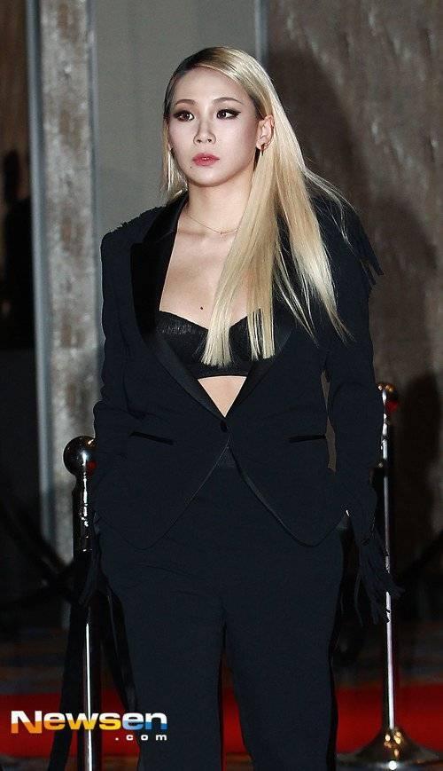 Trong khi cô chị cùng nhóm Sandara khoe vóc dáng mỏng manh trong bộ váy cúp ngực, chất liệu lông mềm thì CL mặc vest với phần áo bra được phô bày.