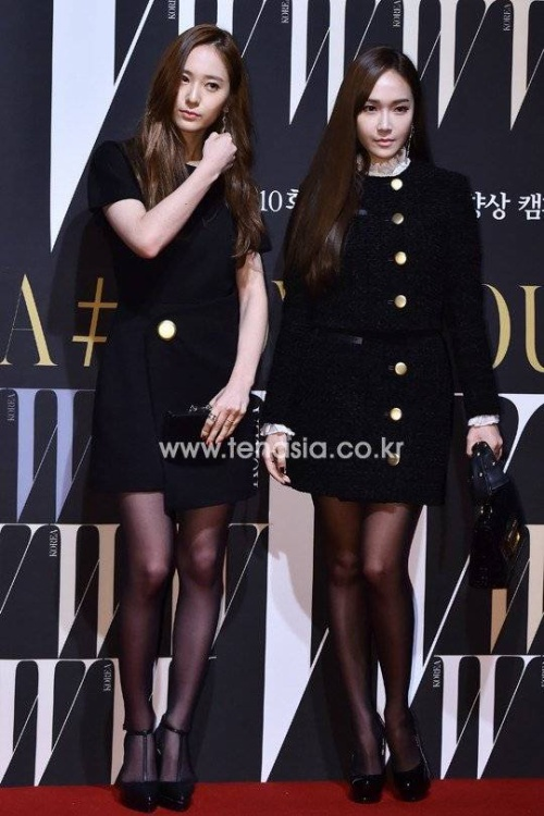 Hai chị em Krystal - Jessica diện đồ ton sur ton theo phong cách sang trọng.
