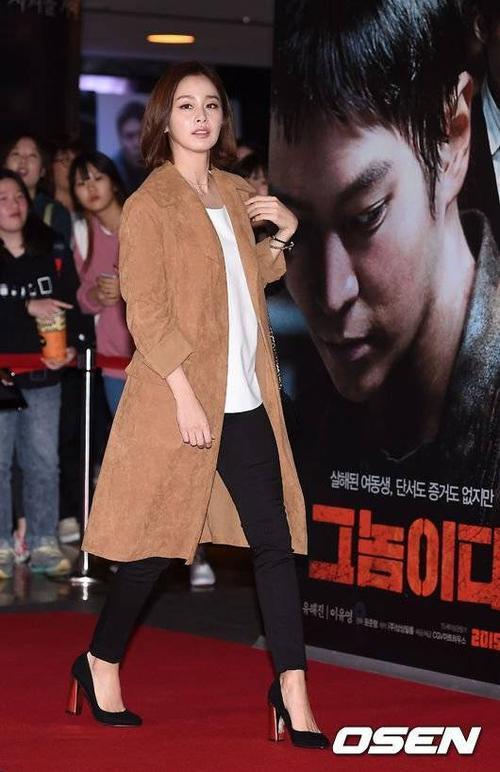 Tối 27/10, nữ diễn viên Kim Tae Hee đến dự buổi công chiếu bộ phim điện ảnh It's Him tại một cụm rạp ở Haengdang-dong gu, Seoul. Người đẹp đến đây để ủng hộ tác phẩm mới của Joo Won - bạn diễn trong phim truyền hình vừa kết thúc Yong Pal.