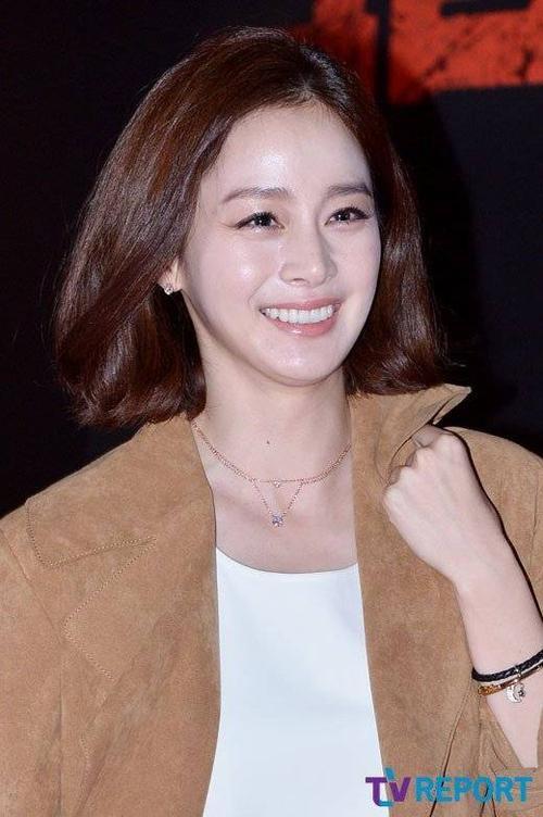 Kim Tae Hee tươi tắn trong sự kiện. Cô vừa có bộ phim truyền hình Yong Pal lên sóng thành công và được nhận giải thưởng tại Korea Drama Awards 2015 tổ chức vào đầu tháng 10. Còn Bi (Rain) gần đây tuyên bố thành lập công ty quản lý riêng mang tên mình.