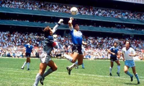 """Maradona - người nổi tiếng với lịch sử thế giới với """"Bàn tay của Chúa"""" ghi bàn vào lưới tuyển Anh 1986."""