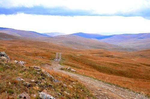 Con đường mòn đi xuyên các thảo nguyên Mông Cổ.