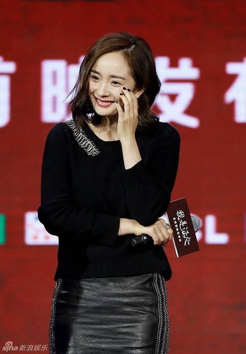 Người đẹp cười tươi trước ống kính. Nhưng trước đó, khi đi trên thảm đỏ, cô và Lưu Diệc Phi cố tình né nhau.