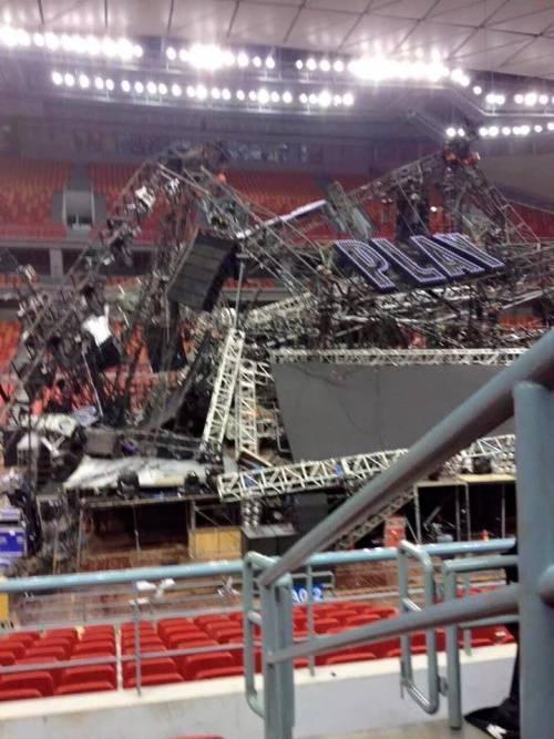Toàn bộ khung thép rơi xuống khu vực khán đài.