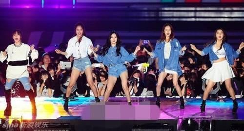 4Minute biểu diễn mà không hề hay biết sự cố.