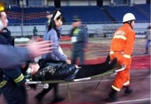 Xe cáng chở người bị thương liên tục di chuyển.