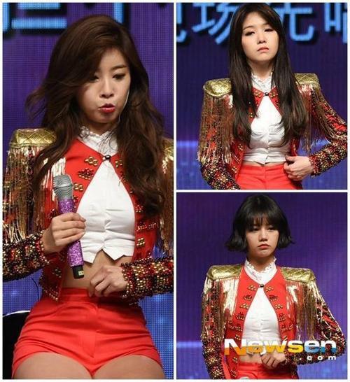 Không khó để nhận ra chiếc quần khá chật khiến nhóm nữ kém thoải mái khi biểu diễn. 3 thành viên Yura, Minah và Hyeri phải chỉnh sửa, nới lỏng quần ngay cả khi không di chuyển.