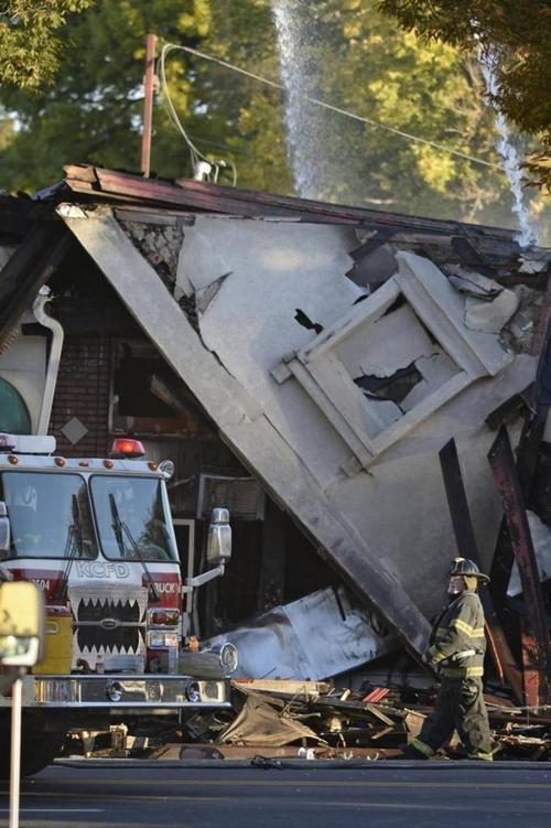 Hiện trường vụ hỏa hoạn khiến cả tòa nhà đổ sụp, gây ảnh hưởng đến cuộc sống nhiều người dân xung quanh.
