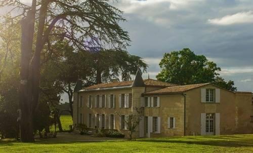 Bên ngoài căn biệt thự ở Pháp.