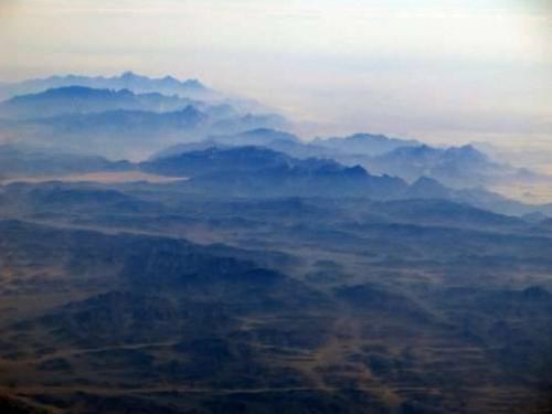 Máy bay gặp nạn rơi tại khu vực đồi núi ở phía bắc Sinai (Ấn Độ), gây khó khăn cho lực lượng cứu hộ.