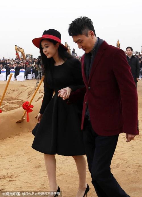 Cô được Phùng Thiệu Phong tháp tùng khi lên sân khấu. Sự kiện này cô không tham gia với Lý Thần.