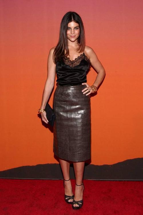 Dưới mắt nhìn của người mẫu Julia Restoin Roitfeld, ngay cả khi đứng trên thảm đỏ thì phụ nữ Pháp vẫn  giữ mọi thứ thật đơn giản. Họ say đắm những gam màu trung tính như: be, xanh navy, xám, trắng, đen.