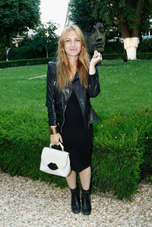 Theo diễn viên Joséphine De La Baume, phụ nữ Pháp không gội đầu nhiều như ở Anh và họ cũng không quá lạm dụng make-up.