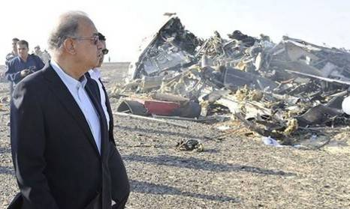 Thủ tướng Ai Cập Sherif Ismail thị sát hiện trường máy bay rơi. Vụ tai nạn khiến toàn bộ 224 hành khách và phi hành đoàn trên phi cơ thiệt mạng. 214 người Nga và 3 người Ukraine ngồi trên máy bay. Ảnh: Reuters.