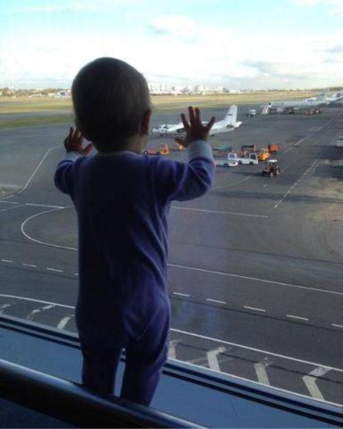 Hình ảnh cô bé Darina Gromva tại sân bay ở St. Petersburg trước khi sang Ai Cập.