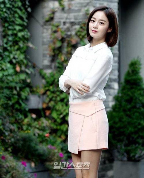 Mới đây, Kim Tae Hee có buổi phỏng vấn và chụp hình với phóng viên. Cô diện trang phục đơn giản chỉ áo sơ mi trắng phối cùng chân váy màu hồng nhạt thanh nhã. Trong buổi trò chuyện, Kim Tae Hee khá thân thiện, cởi mở nhưng cũng thẳng thắn trả lời nhiều câu hỏi hóc búa.
