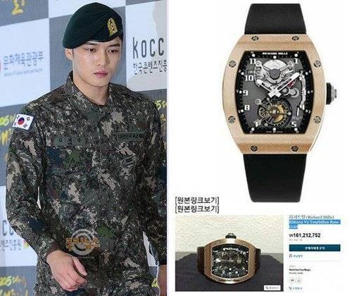 Báo chí nhận ra chiếc đồng hồ mà nam ca sĩ đeo tại sự kiện mới đây có giá 160.000 USD.