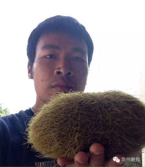 """Anh Huang cầm trên tay """"quả trứng lạ""""."""