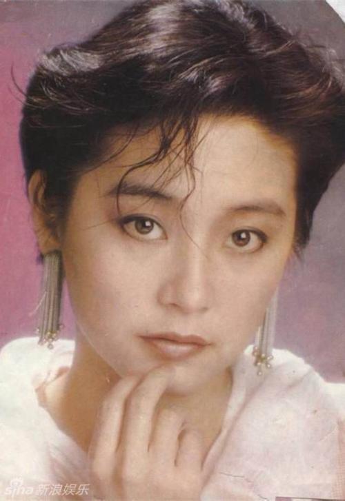 """Lâm Thanh Hà từng đảm nhận vai Bạch phát ma nữ trong """"Bạch phát ma nữ truyện"""", sản xuất năm 1993. Đóng cùng với cô trong tác phẩm này là diễn viên quá cố Trương Quốc Vinh. Đây là một trong những vai diễn thành công nhất trong sự nghiệp của nữ diễn viên nổi tiếng Hồng Kông. Mặc dù kỹ xảo, hình ảnh thời đó còn nhiều hạn chế, nhưng từ khâu hóa trang đến diễn xuất của Lâm Thanh Hà đều để lại ấn tượng mạnh mẽ cho khán giả tới tận bây giờ. Nhiều người vẫn thừa nhận Đông Phương do Lâm Thanh Hà đóng là kinh điển."""