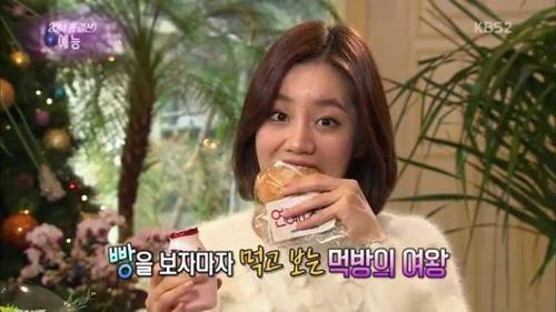 Nữ ca sĩ ngoác miệng xử lý bánh mỳ kèm sữa dâu tây.