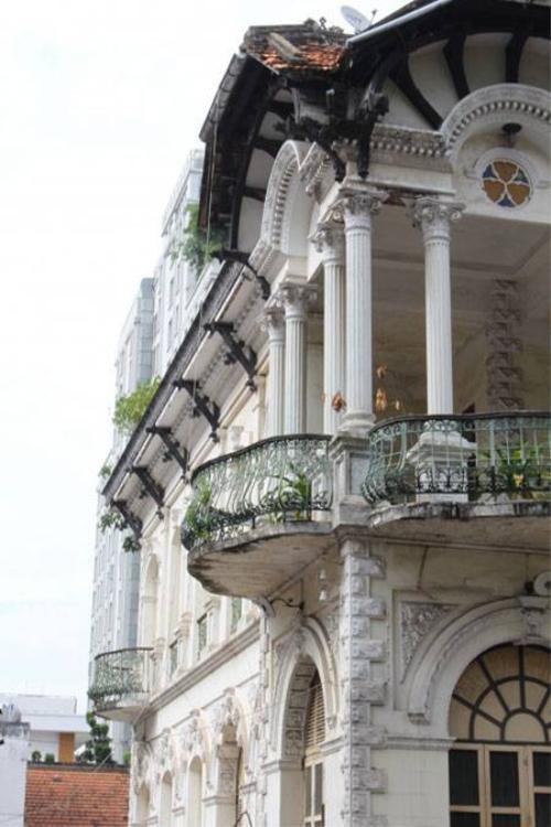 Các cổng vòm, trụ, cửa 2 lớp của biệt thự đều được chế tác hết sức tỉ mỉ và tinh xảo (Ảnh: Hà Nguyễn).