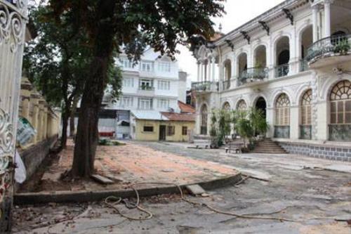 Sau khi có chủ mới, khu vực xung quanh biệt được thu dọn thoáng đãng (Ảnh: Hà Nguyễn).
