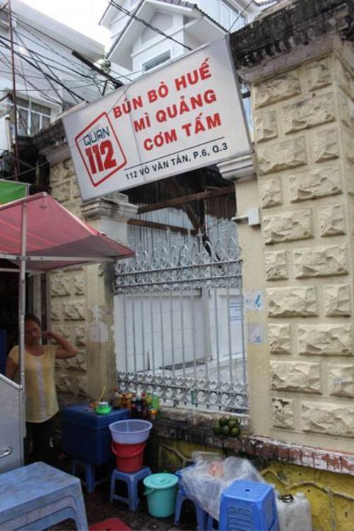 """Hàng quán trước và trong khuôn viên căn biệt thự cũng được """"lệnh"""" di dời (Ảnh: Hà Nguyễn)."""