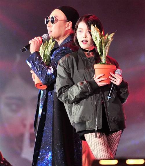 Mùa hè qua, nghệ sĩ hài lập nhóm EU God-G Isn't EU cùng với nữ ca sĩ IU. Ca khúc Leon của họ - No Problem LEON trở thành hit trên nhiều show ca nhạc. EU God-G Isn't EU cũng mang No Problem LEON đến lễ hội âm nhạc ngoài trời sôi động Infinity Challenge Yeongdong Expressway. Vài tháng sau, IU tung ra album mới CHAT-SHIRE và vướng vào loạt scandal. Những ngày gần đây, đĩa nhạc của nữ ca sĩ trở thành đề tài tranh cãi vì nghi vấn sử dụng trái phép giọng nói của Britney Spears, cho đến việc sử dụng yếu tố gợi dục.