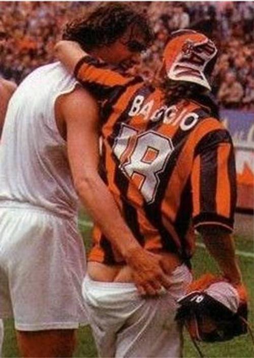 Baggio hoàn toàn không biết quần của mình đã tuột xuống một nửa
