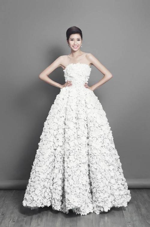 Bộ váy dạ hội đính hoa anh đào góp phần giúp Thúy Vân tỏa sáng trong đêm chung kết.