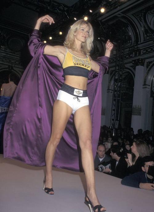 Một thiết kế đậm chất thể thao khỏe khoắn được siêu mẫu Karen Mulder trình diễn tại Victoria's Secret 1997.