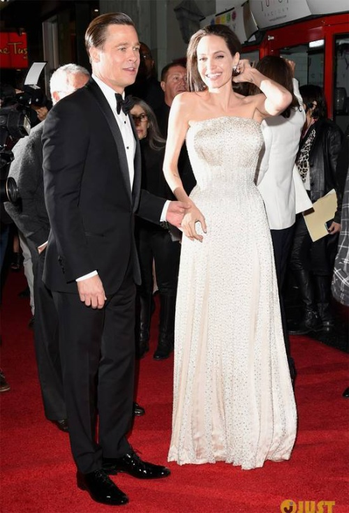 Tối 5/11, Angelina Jolie và Brad Pitt tham dự buổi công chiếu bộ phim By The Sea - tác phẩm đánh dấu sự trở lại của cặp đôi quyền lực với tư cách bạn diễn. Sự kiện được tổ chức ở nhà hát TCL Chinese ở Hollywood, Los Angeles.