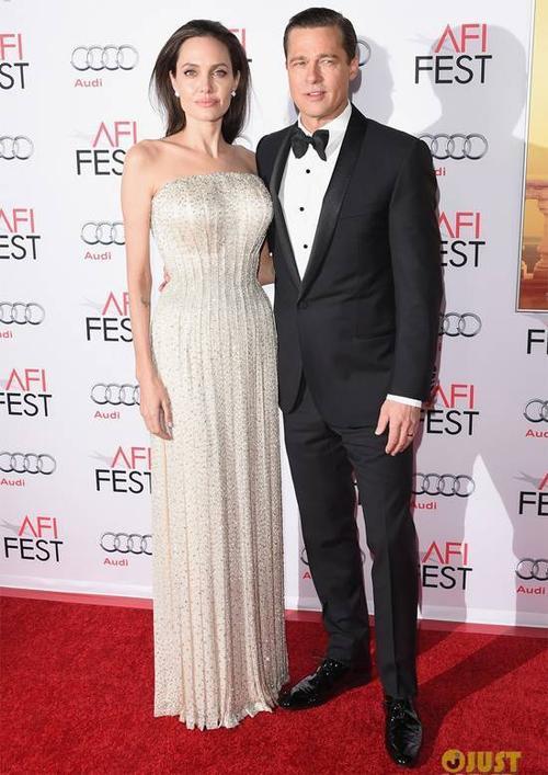 Brad Pitt diện bộ suit đen lịch lãm, tài tử 51 tuổi trông trẻ trung hơn sau khi cạo bộ râu xồm xoàm. Trong khi đó, bà xã Angelina Jolie rạng rỡ trong bộ đầm Atelier Versace bạc ánh kim lấp lánh, thiết kế dạng cúp ngực gợi cảm. Cặp vợ chồng thu hút mọi ống kính máy ảnh. Đã 10 năm kể từ bộ phim Ông bà Smith đưa Brad và Angelina đến với nhau, họ mới có dịp trở lại màn ảnh cùng nhau.